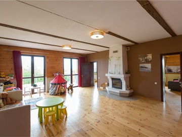 Hall on the 2nd floor: wood burning fireplace, children's corner, exit to the terrace. 4 rooms on this floor.